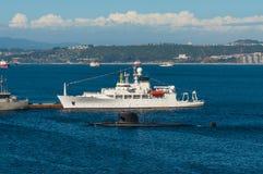 Unterseeboot mit Mannschaft und ozeanographischem Vermessungsschiff Lizenzfreies Stockbild