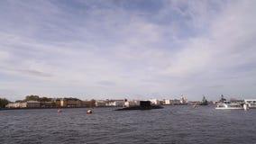 Unterseeboote und Kriegsschiffe auf dem Neva stock video