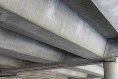 Unterseite der Betonbrücke Stockfoto