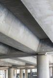 Unterseite der Betonbrücke Stockfotos
