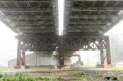 Unterseite der Brücke im Nebel lizenzfreie stockbilder