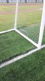 Unterseite der Dreieckecke des Fußballziels auf grünem Rasen Lizenzfreies Stockfoto