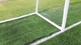 Unterseite der Dreieckecke des Fußballziels auf grünem Rasen Lizenzfreie Stockbilder
