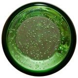 Unterseite des Glases mit minaral Wasser Stockfoto