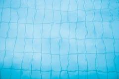 Unterseite des Swimmingpoolhintergrundes Stockfotografie