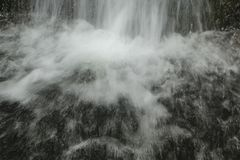 Unterseite des Wasserfalls lizenzfreies stockbild