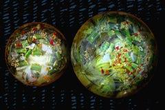 Unterseite eines Glases mit in Essig eingelegter Gurke mit verschiedenen Gewürzen stockbilder