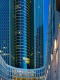 Unterseite eines Wolkenkratzers in Frankfurt, Deutschland Lizenzfreie Stockfotografie