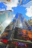 Unterseite herauf Ansicht über Wolkenkratzer im Times Square Lizenzfreies Stockbild