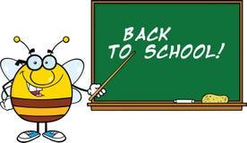 Untersetzte Bienen-Zeichentrickfilm-Figur mit Gläsern mit einem Zeiger in Front Of Blackboard Stockbilder
