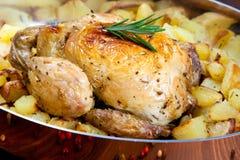 Unterstütztes Huhn mit Kartoffeln Stockbilder