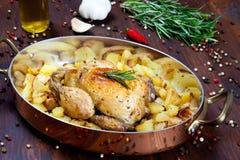 Unterstütztes Huhn mit Kartoffeln Lizenzfreies Stockbild