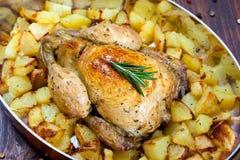 Unterstütztes Huhn mit Kartoffeln Stockbild