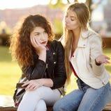 Unterstützung der jungen Frau und beruhigen ihren upsed Freund stockfoto