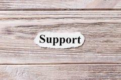 Unterstützung des Wortes auf Papier Konzept Wörter der Unterstützung auf einem hölzernen Hintergrund lizenzfreie stockfotos
