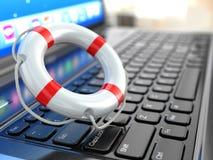 Unterstützung. Laptop und Rettungsring auf der Tastatur des Laptops. Stockfotografie