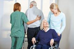Unterstützung von älteren Leuten im Pflegeheim stockfotos