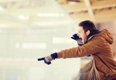 Unterstützungshockeyspiel des jungen Mannes auf Eisbahn Lizenzfreie Stockfotos
