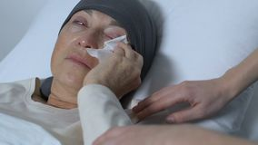 Unterstützungsschreiender leidender Krebs alter Dame Dame, der im Bett, kein Hoffnungserlaß liegt stock video