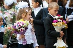 Unterste Schüler mit Blumen Tyumen Lizenzfreie Stockfotos