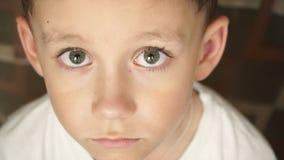 Untersuchung den Kamerajungen mit großen Augen stock video