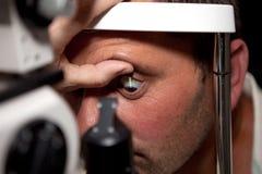 Untersuchung in der Augenheilkundeklinik lizenzfreies stockbild