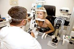Untersuchung in der Augenheilkundeklinik stockbilder