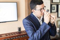 Untersuchungsdiamant des Juweliers durch Lupe Lizenzfreie Stockbilder