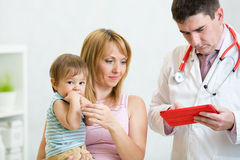 Untersuchungskind Kinderarztdoktors mutter Lizenzfreie Stockfotos