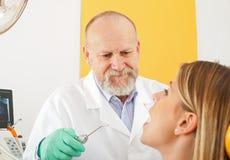 Untersuchungsradiographie des männlichen Zahnarztes Stockfotos