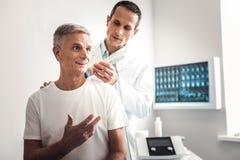 Untersuchungsschulter des Röntgenstrahlspezialisten des Patienten stockbilder