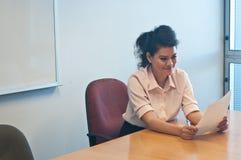 Untersuchungsvertragsvereinbarung der Geschäftsfrau im Büro Stockbild