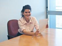 Untersuchungsvertragsvereinbarung der Geschäftsfrau im Büro Stockfotografie