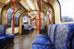 Untertägige leere zentrale Linie carriageL Londons stockfotos
