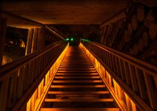Untertägige orange Treppe stockfotos