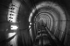 Untertageanlage mit einem großen Tunnel, der tiefen Abstieg führt Lizenzfreie Stockfotografie