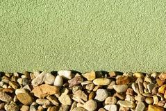Untertageentwässerung am Boden der Hausfassade Lizenzfreie Stockbilder