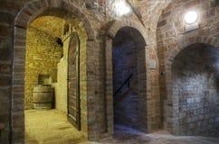 Untertagekorridore im Weinkeller Stockfoto
