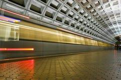Untertageuntergrundbahn, die vorbei läuft Stockfotografie