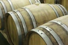 Untertageweinkeller mit Reihen von hölzernen Fässern 6 Lizenzfreie Stockbilder