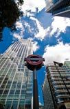 Untertagezeichen und Wolkenkratzer, zitronengelber Kai Stockfoto