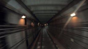 Untertagezugreiten der schnellen Geschwindigkeit in einem Tunnel der modernen Stadt Gesichtspunkt von der Bahnkabine Zeitspanne v