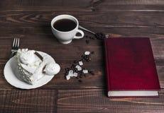 Untertasse mit Stückkuchen und Schalenmeringekaffee Lizenzfreie Stockfotos