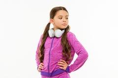 Untertauchen in der Musik Entzückender Kopfhörerbenutzer lokalisiert auf Weiß Kleines Kind, das justierbaren weißen Kopfhörer trä lizenzfreies stockbild
