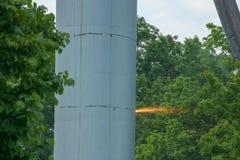 Unterteil eines alten Wasserturms, der in Brand setzt Lizenzfreie Stockfotos