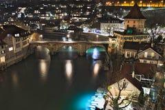 UntertorbrÃ-¼ cke, Bogen versah Brücke, Bern, die Schweiz, Nachtansicht mit einem Gatter Lizenzfreie Stockfotos
