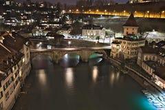 Untertorbrà ¼ cke, overspant brug met poorten, Bern, Zwitserland, nachtmening royalty-vrije stock foto