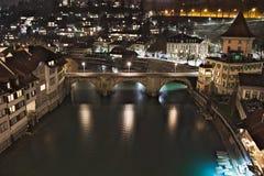 Untertorbrà ¼cke, ärke- utfärda utegångsförbud för bro, Bern, Schweiz, nattsikt royaltyfri foto