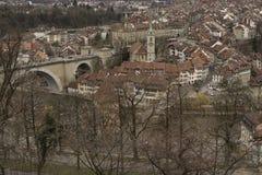 Untertorbrà ¼cke och gammal stad av Bern switzerland Royaltyfri Bild