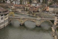 Untertorbrà ¼ cke over Aare-rivier en oude stad van Bern zwitserland Stock Foto's
